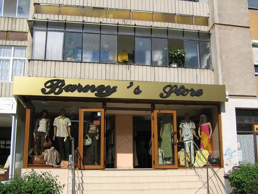 CASETE SI FIRME LUMINOASE Barneys Store
